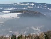 Smog nad Nową Rudą. Fot. Jacek Halicki (Wikipedia, CC BY-SA 4.0, zdjęcie przycięte)